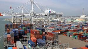 le-port-du-havre-ou-arrivent-des-porte-conteneurs-charges-de-marchandises-du-monde-entier_